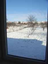 zimny pohlad z obyvacky do zahrady