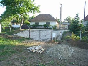 nez sa cokolvek zacalo robit, museli sme vybudovat takyto mostik od cesty, cez odvodnovaci kanal