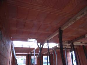 keramicky strop ulozeny a podoprety - moze sa liat beton