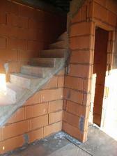 dobudovane priecky, toto je uplny stred domu okolo schodista, napravo nocna cast domu, nalavo denna