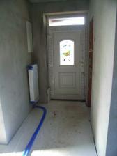 vstupne dvere, napravo zachod