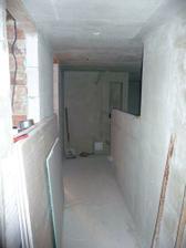 ...pohlad z vchodových dverí, vľavo okienko do spálne, vedľa dvere do kúpelne a vpravo obývačka...