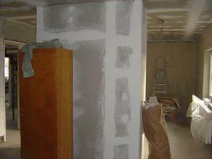 pilier medzi jedálňou a obývačkou