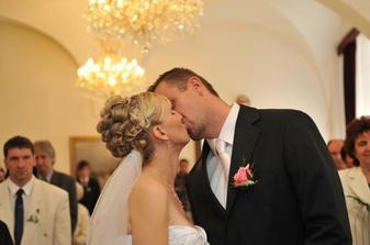 první novomaželský polibek