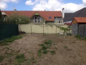 Pozemok som radšej oplotil lebo susedia si zvykli vynášať bordel na pozemok.....