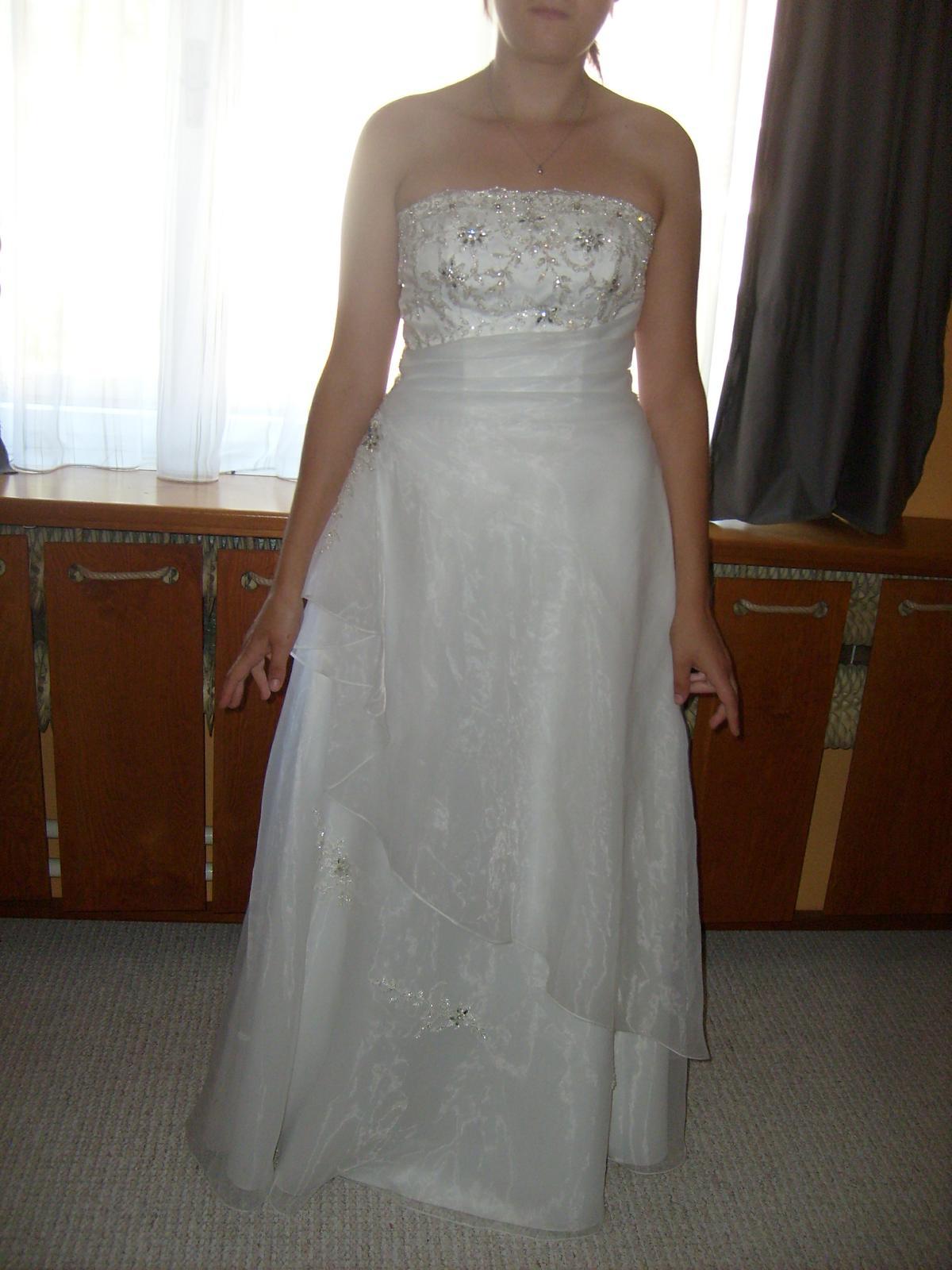 Měla by být pod tyto svatební šaty kruhová spodnič... 8417d307dd