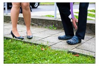Tatínkova předsvatební obuv :-) Na minulé svatbě protančil střevíce. Asi si myslel, že takto to bude lepší.