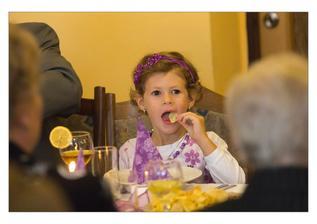 Barči oběd - chips, polévka a hruška. Hlavně že jí chutnalo.