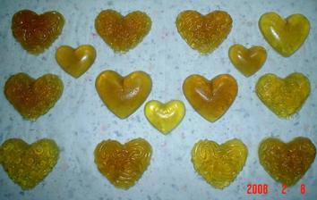 druha varka mydielok - mali byt oranzove, ale podarili sa take zlto-zlatave