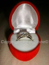 Môj zásnubny prstienok z bieleho zlata v krabičke. Drahý ho dal robiť na objednávku.
