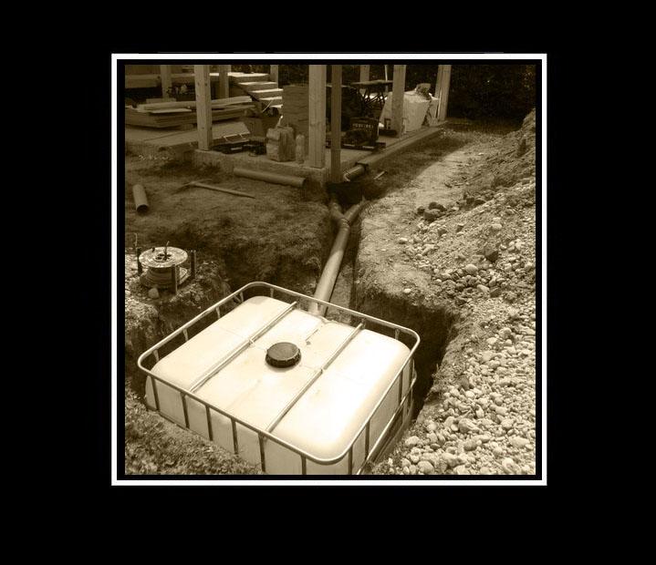 Fotopríbeh: Rekreačná chatka DeLuxe ♥ - Kvôli šetreniu nákladov klientovi sme RUČNE (!!) vykopali jamu na zbernú nádobu dažďovej vody.