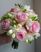 Jednoduchá kytice z frézií a růží,