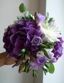 Fialová svatební kytice,
