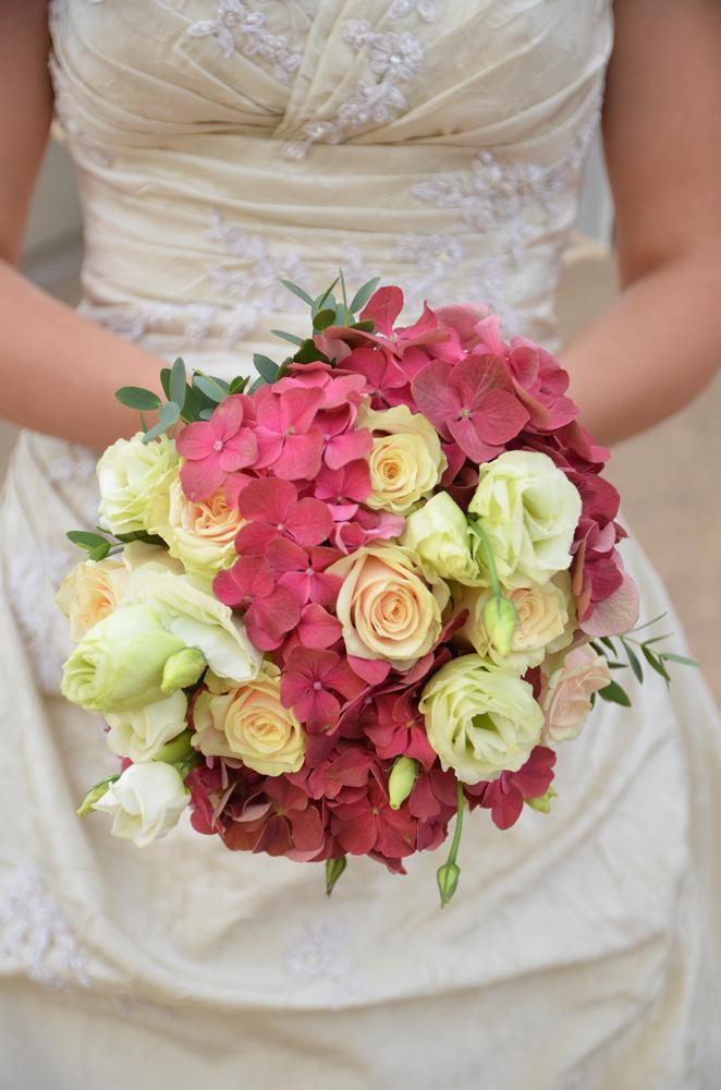 Kulatá svatební kytice z růžových hortenzií - Obrázek č. 1