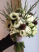Svatební kytice se sasankami a pryskyřníkem,