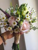Svatební kytice z eustom a růží,