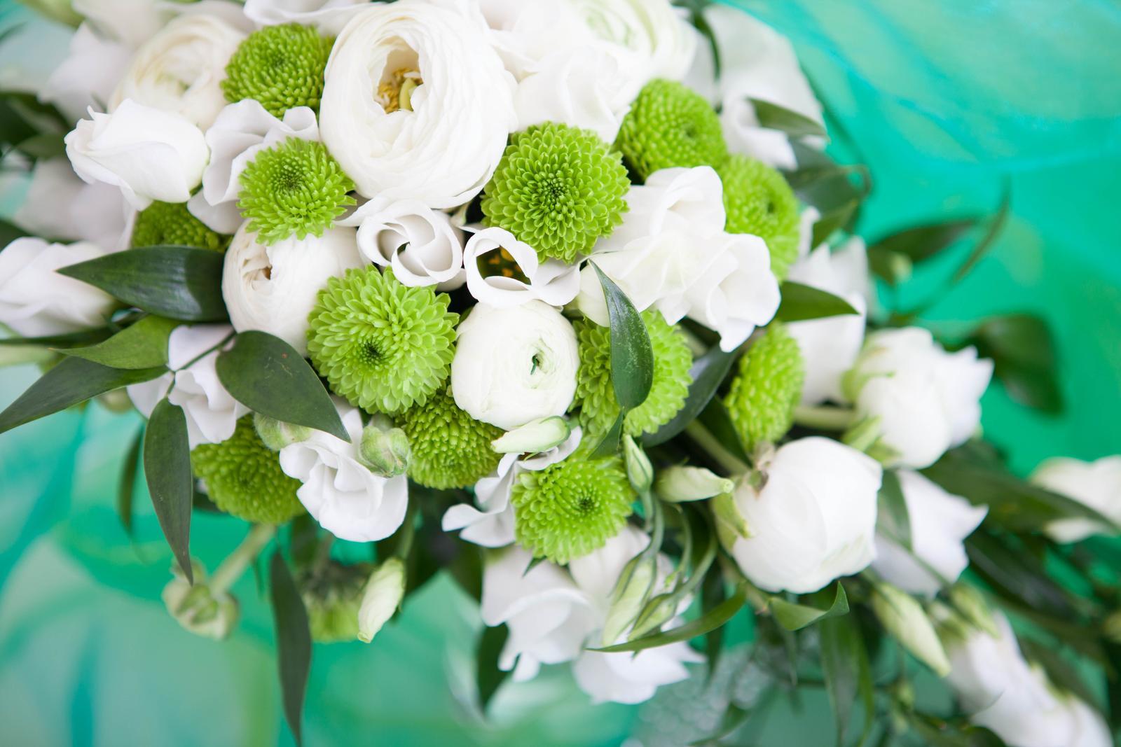 Převislá zeleno- bílá svatební kytice - Obrázek č. 1