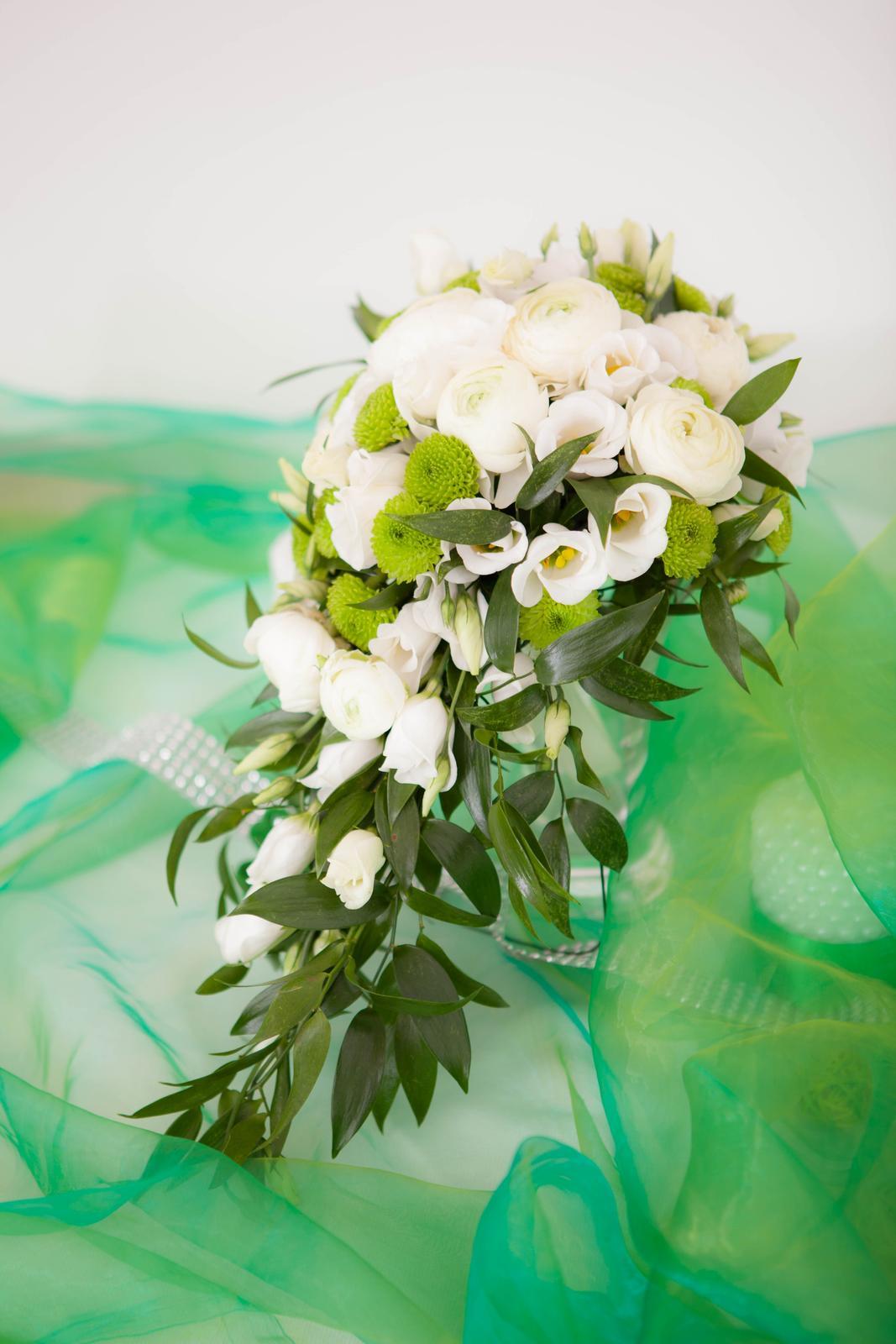 Převislá zeleno- bílá svatební kytice - Obrázek č. 2