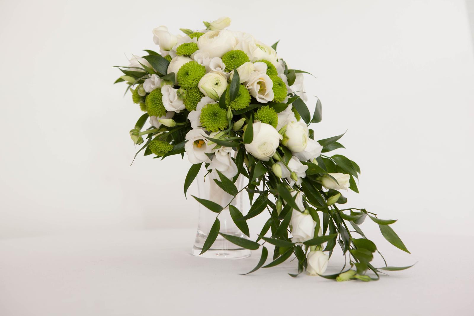 Převislá zeleno- bílá svatební kytice - Obrázek č. 3