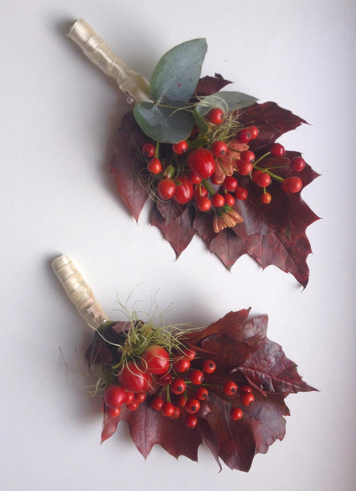 Korsáž pro ženicha ze šípku a chryzantém - Obrázek č. 1
