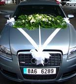 Velká ozdoba na auto z bílých anthurií,