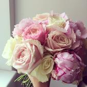 Svatební kytice z růží a pivoněk,