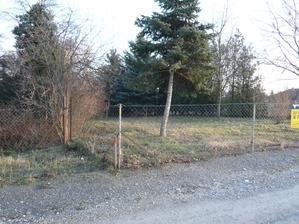 Prva polka pozemku je na lavo od plotu.