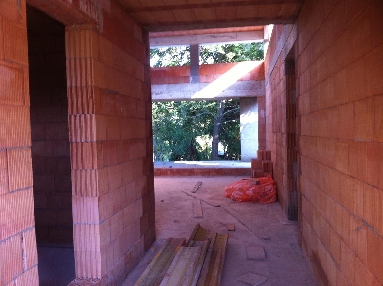 Zaciname... - Pohlad z vchodu cez obyvacku na terasu a zahradu