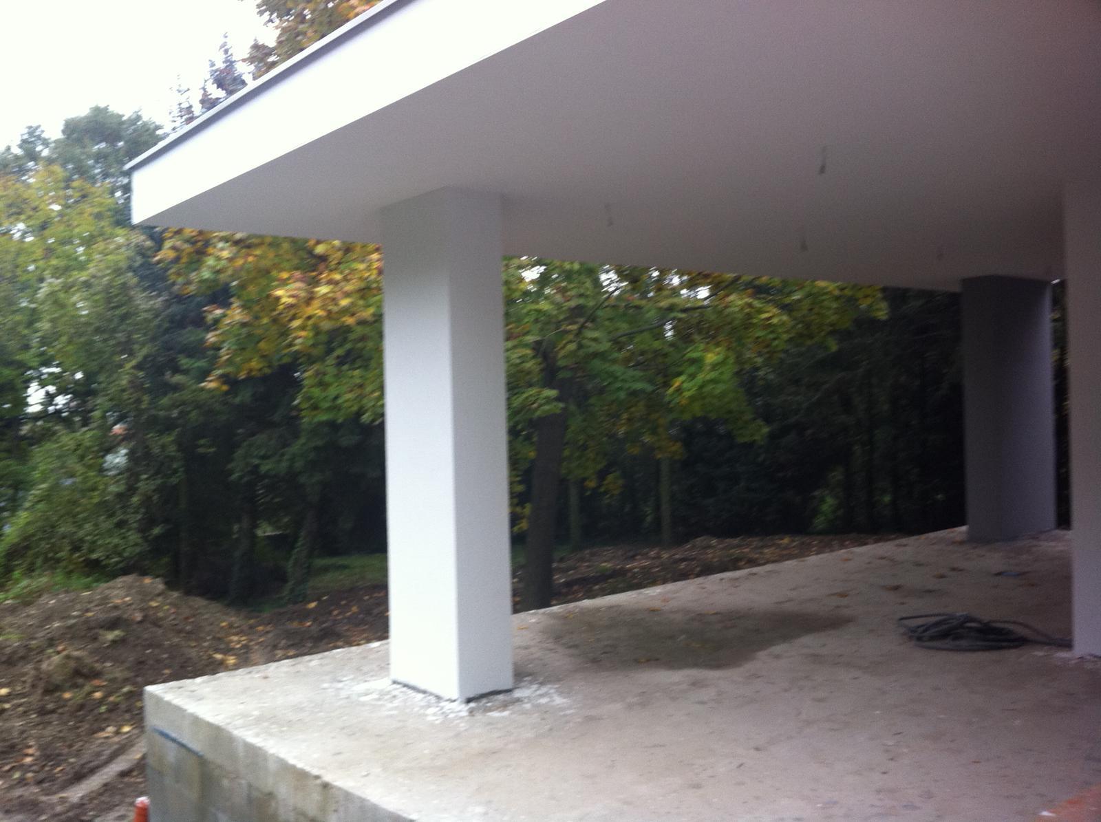 Zaciname... - Vyhlad z terasy na zahradu ktora raz bude pekne upravena. Ale kedy?