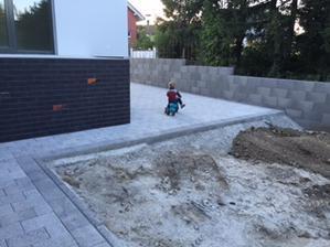 Dlazba okolo domu bude dobra autodraha pre deti.....