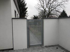 Dvere na boku domu pri garazi