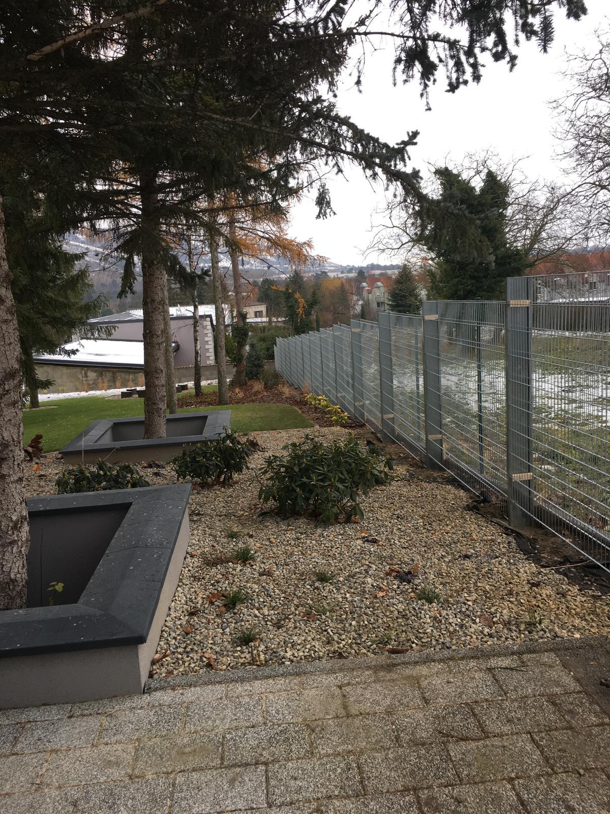 @lusia84 Ahoj, tak konecne mame postaveny plot, ale kamen sa bude sypat az buduci rok - potom dam vediet - Obrázok č. 1