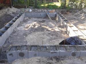 Júl 2013, staviame záhradný domček.