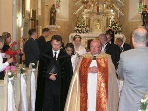 Tu je dobre vidieť našich kňazov a v pozadí aj nás a tak trošku aj kostol