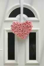 A toto spravíme doma na dvere len z bielych ruží