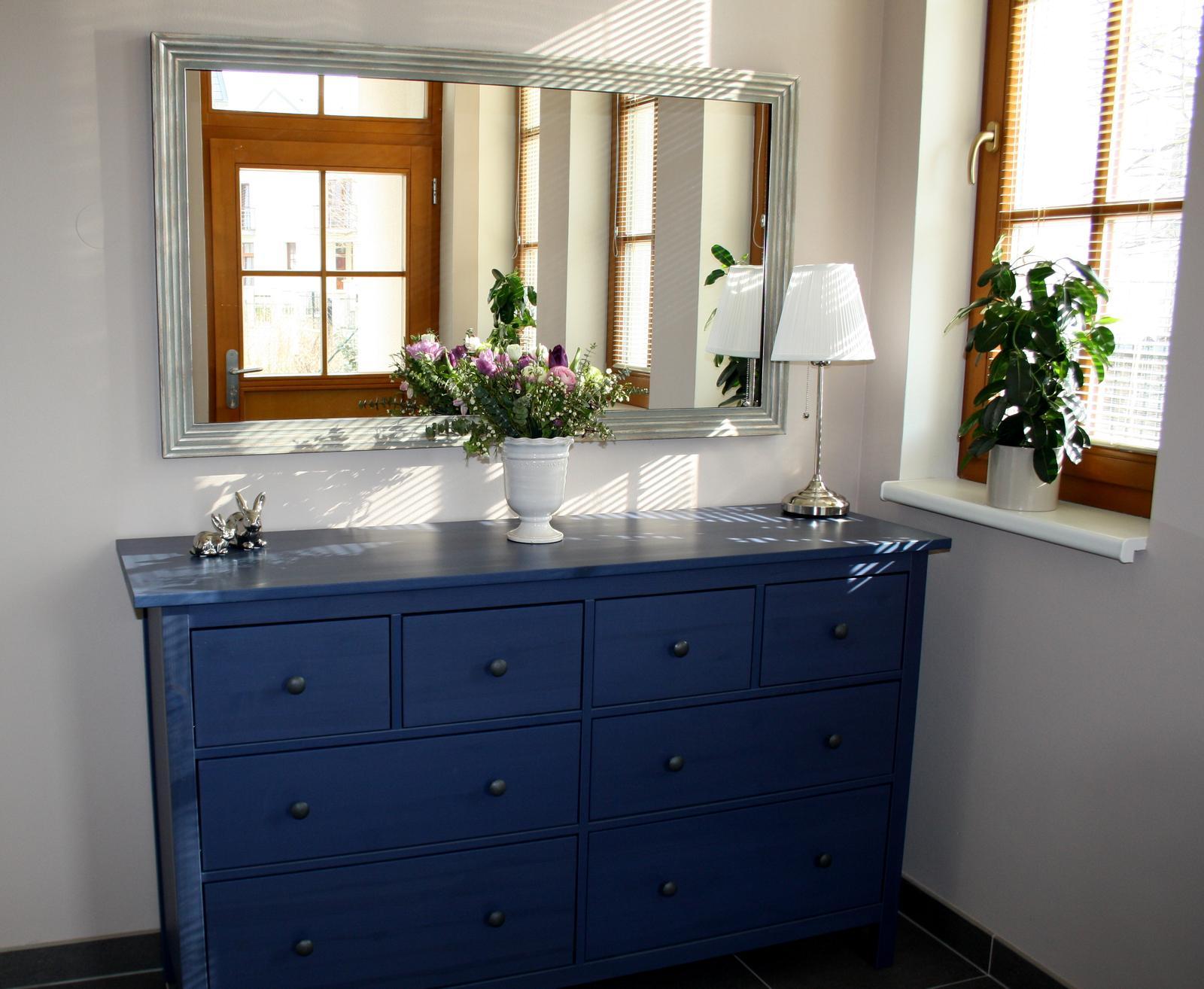 Jarne a letne aranzmany a dekoracie - Jednoducha dekoracia vstupnej chodby s doma vyrobenym aranzmanom