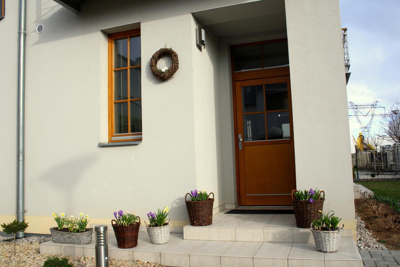 Jarne a letne aranzmany a dekoracie - Vchod - kose s jarnymi cibulovinami a jednoduchy vencek s hniezdom a vajickami