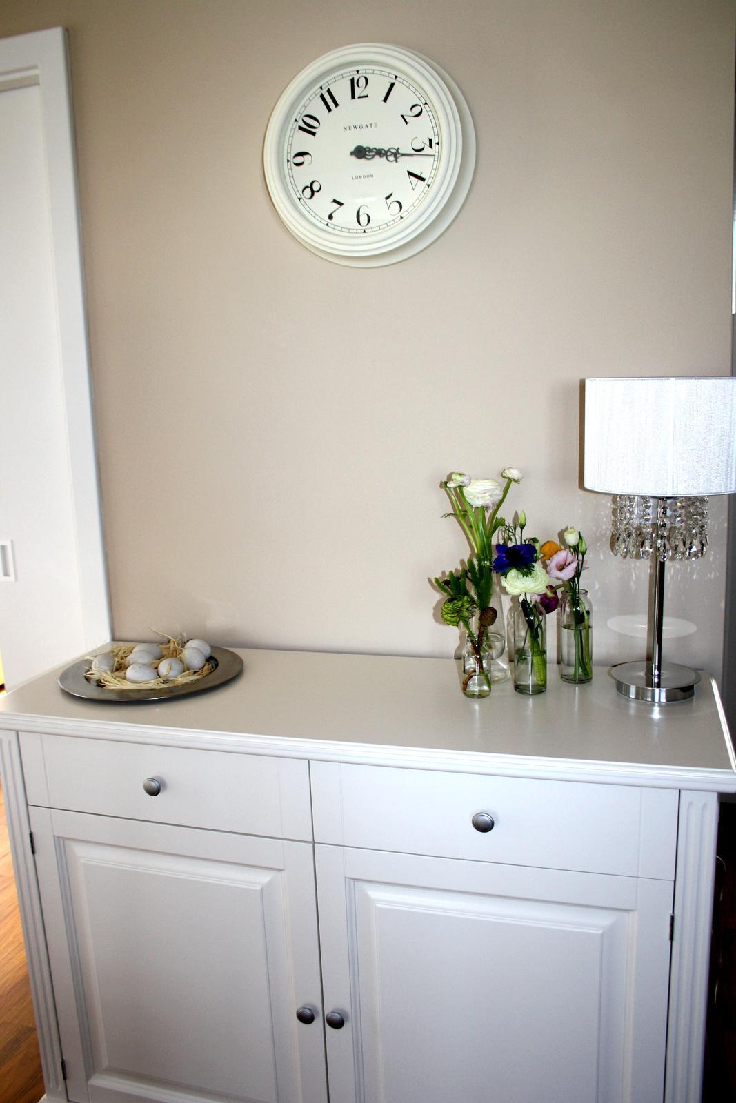 Jarne a letne aranzmany a dekoracie - komoda v jedalni
