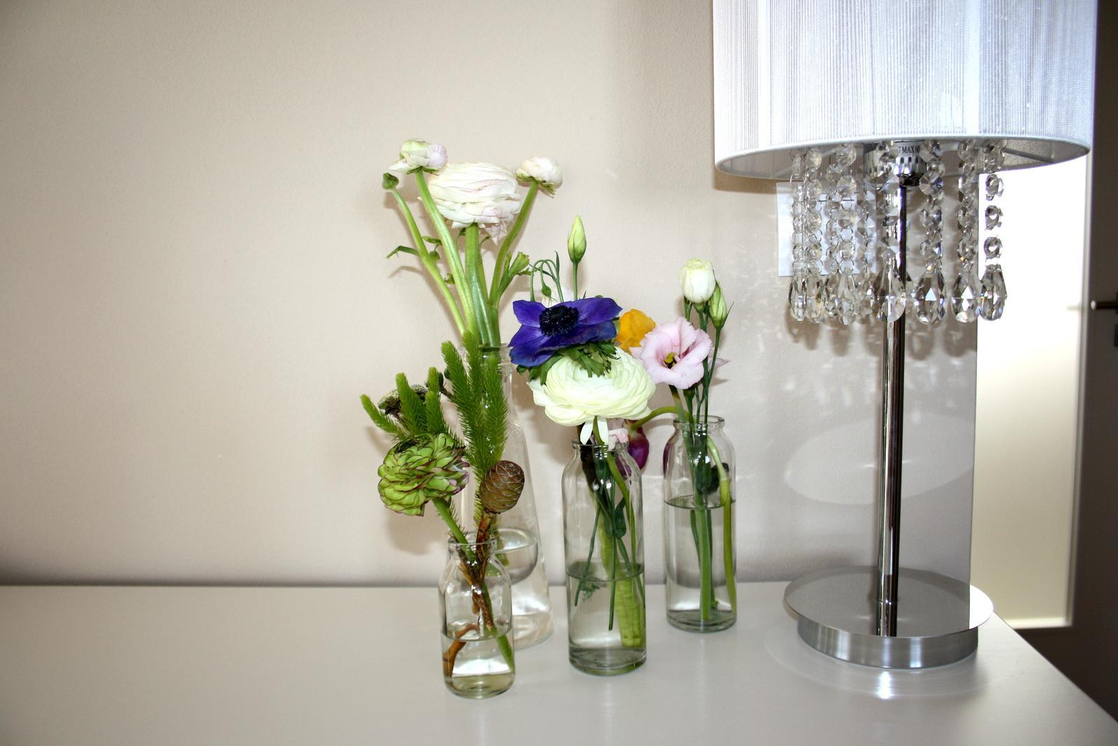 Jarne a letne aranzmany a dekoracie - zbytky kvetov z kytic som supla do malych vaziciek...