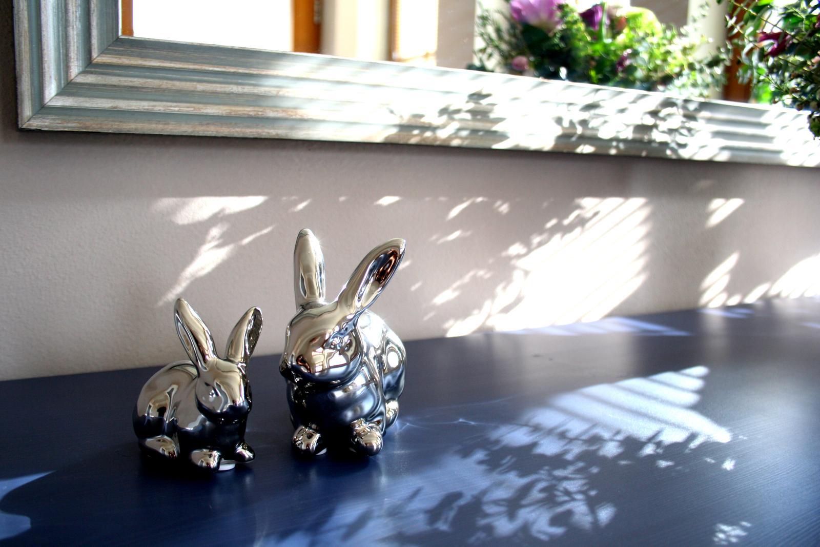 Jarne a letne aranzmany a dekoracie - detail zajacov na komode...na fotke vyzeraju trochu divne, ale v reale sa mi tam hodia...