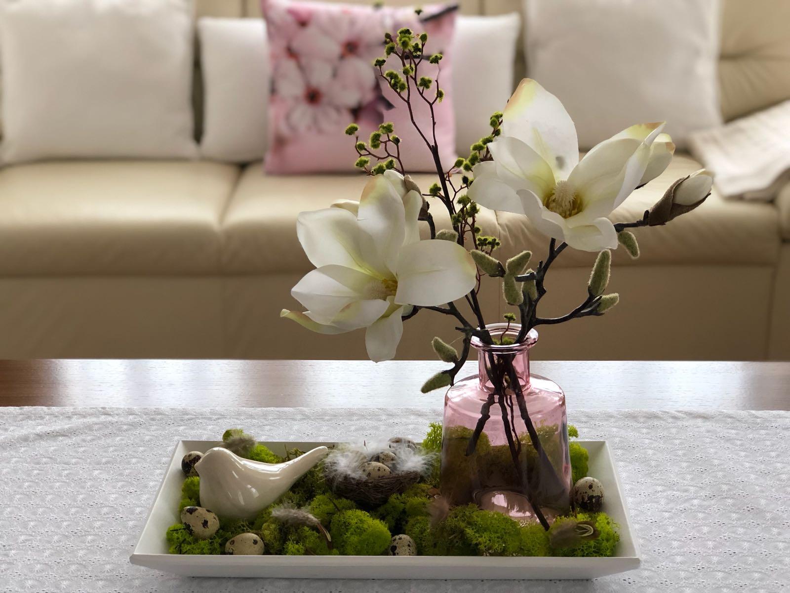 Jarne a letne aranzmany a dekoracie - Jarné tácky - príjemná a skoro trvalá dekorácia, ktorá vám okrem kvetov vydrží a navyše aj neomrzí, keďže kvety môžete obmienať podľa nálady.  Ak sa vám páči, radi vám ju pripravíme a donesieme alebo odošleme. Krásnu jar!