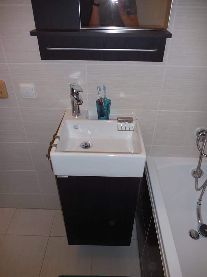 Rekonstrukce koupelny - A umyvadýlko...s tím jsem měla trošku problém. Moc se mi nelíbilo, ale chtěla jsem tu skříňku :-D po projití snad všech obchodů jsem se s nímusela smířit, protože na skříňku by jiné nesedělo. No ale teď mi přijde celkem pěkný :-)
