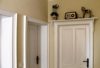 Nad kazde dvere pude takhle police s konzolemi.