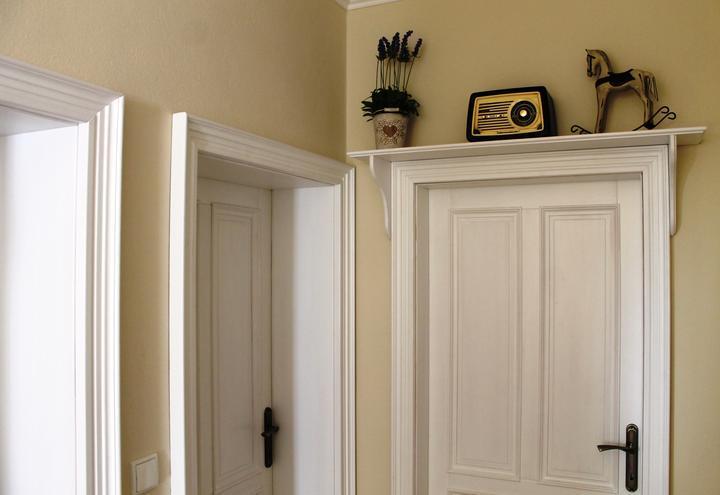 Inspirace do domku - Nad kazde dvere pude takhle police s konzolemi.