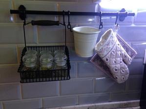 Korenicky v kuchynskem zavesnem Ikea systemu.