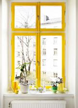 Okno v kuchyni pujde do zluta, aby se hodilo k barvam modranske keramiky.