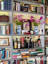 Tahle fotka mne inspirovala k tomu, ze v nasi knihovnicce v jidelne sem taky jednu polici udelala jako barovou :)