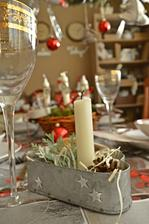 Uz mame pripravenou i svatecni tabuli v jidelne a vsechno hezky nastreno :)