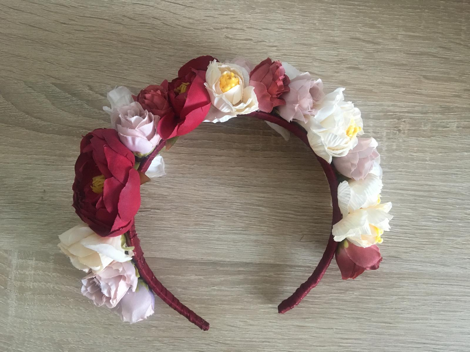 Bohato zdobená celenka z kvetov - Obrázok č. 1