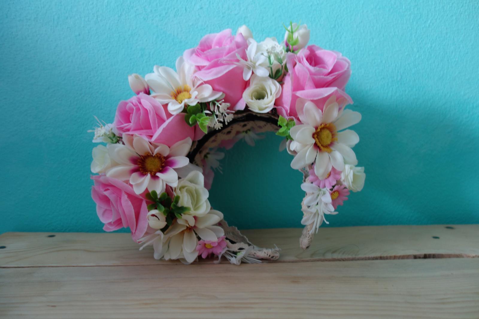 Parta z bielych a ružových kvetov - Obrázok č. 1